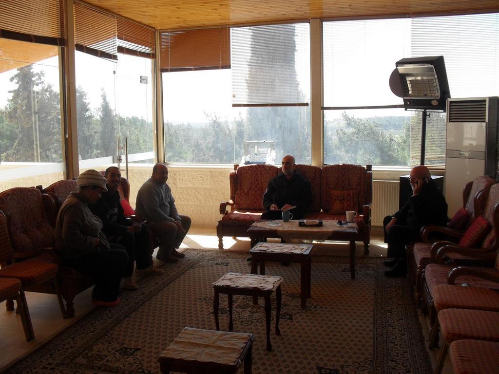 Abouna Jihad (rechts) im Gespräch mit Abouna George (mitte) und Mitarbeitern im Pfarrhaus